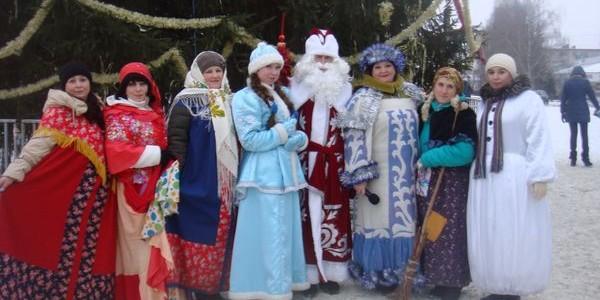 На центральной площади города Никольска специалисты библиотечно-досугового центра провели развлекательную программу «Рождественский переполох»
