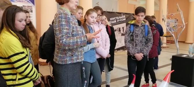 Экскурсия по выставке работ участников IX Симпозиума по художественному стеклу для студентов колледжа мени А. Д. Оболенского